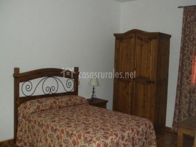 Dormitorio con decoración floral