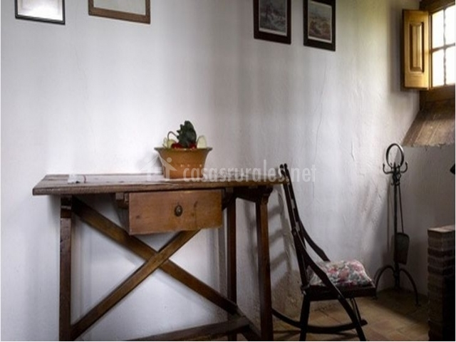 Decoración con mesa antigua