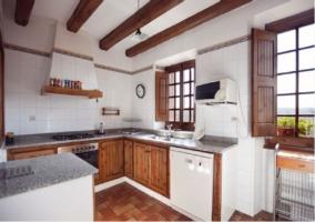 Cocina con lavavajillas y horno