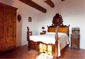 Habitación rústica con armario