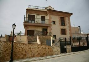 Acceso a la casa con muro de piedra