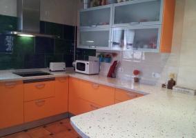Cocina con armarios en naranja