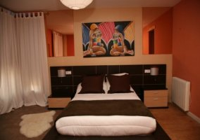 Dormitorio de matrimonio en marrones y naranjas