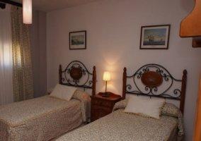 Dormitorio doble con la mesilla entre las dos camas