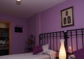 Dormitorio doble en morado y su aseo