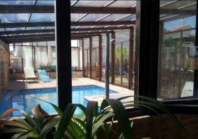 Sala de estar con vistas de la piscina acristalada