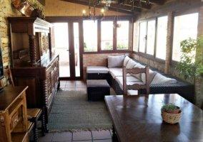Sala de estar y comedor con televisor