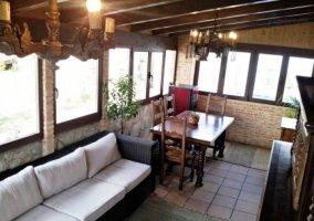 Sala de estar y comedor junto a las ventanas