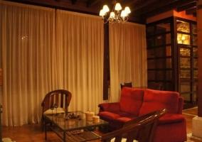 Sala de estar con chimenea en el frente con la pared de piedra