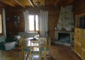 Sala de estar con muebles en madera