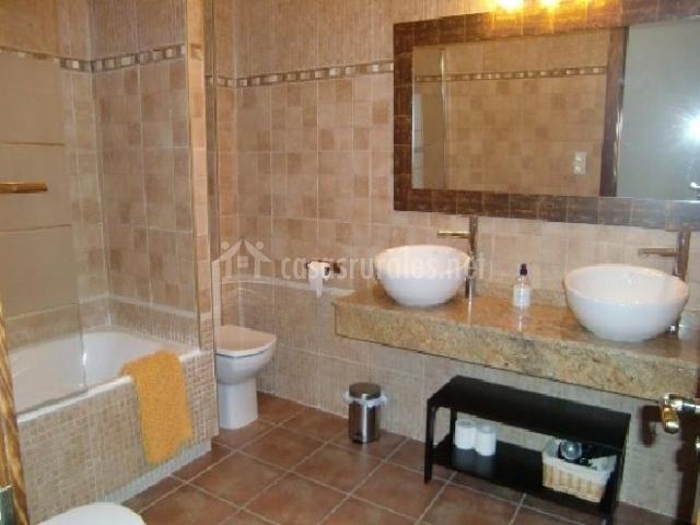 Casa el altero en codo zaragoza for Banos con dos lavabos