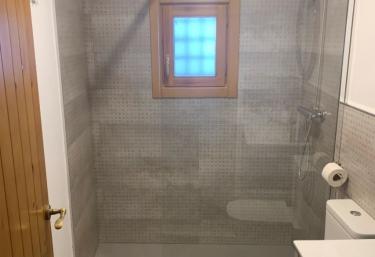 Una vista del aseo con ducha