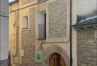 Acceso al alojamiento con paredes de piedra