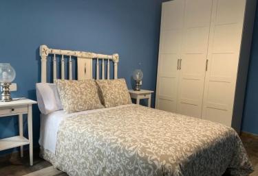 Dormitorio de matrimonio en azul con armario en blanco