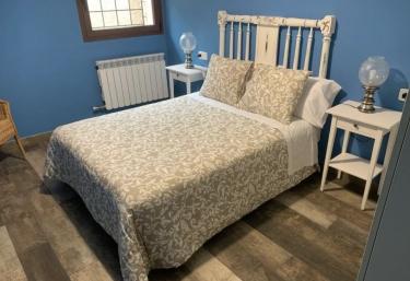 Dormitorio de matrimonio en color azul con detalles blancos