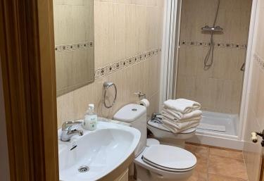Un aseo con ducha y toallas