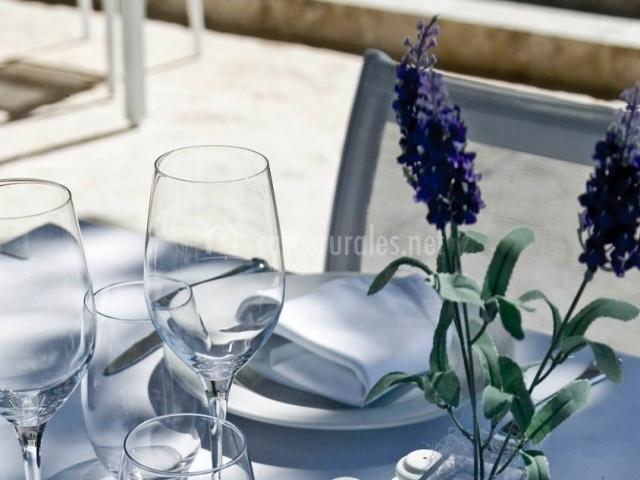 Restaurante con mesa en el exterior