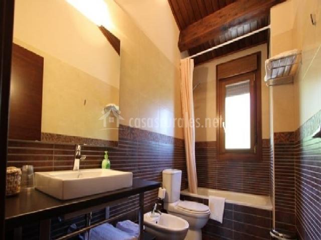 Baño con ducha y varias toallas