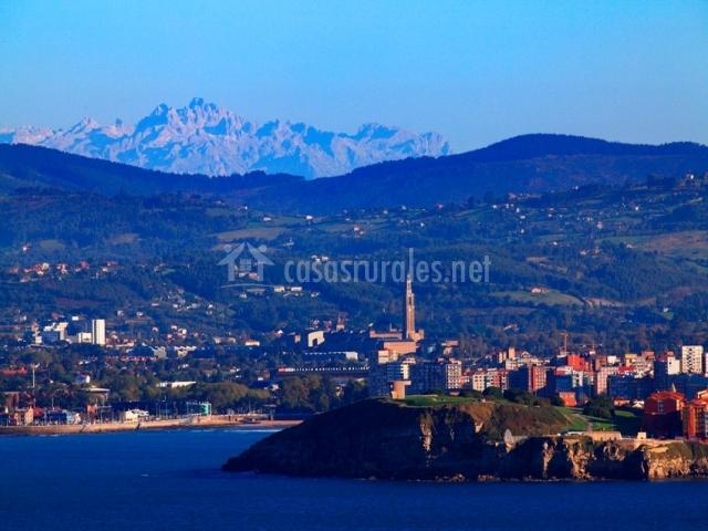 Las montañas y el mar que rodean Gijón