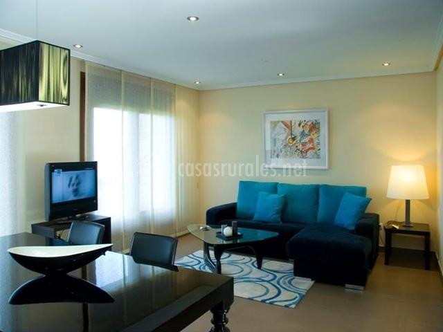 Sala de estar y comedor moderno y resplandesciente