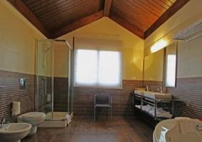 Baño con jacuzzi y ducha de mampára