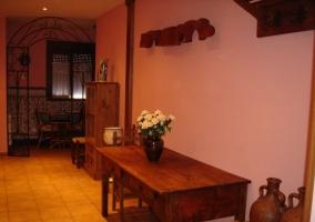Sala de estar con chimenea y dos sillas enfrente