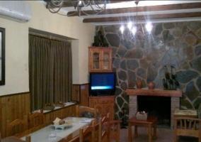 Acceso principal al alojamiento con hamacas y mesa al lado