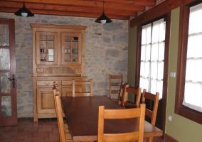 Mesa del comedor con balcón