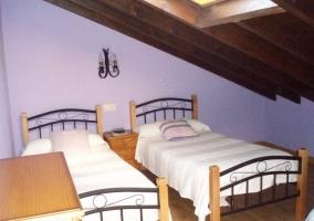 Dormitorio azul abuhardillado