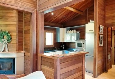 Sala de estar y cocina al lado en madera
