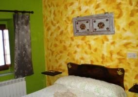 Dormitorio con pared amarilla