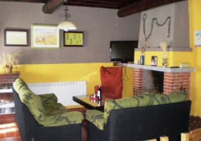 Dormitorio con pared amarilla