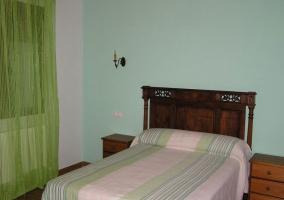 Habitación con cama matrimonial en tonos verdes