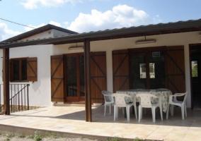 Tobogán, neumático y casa para niños