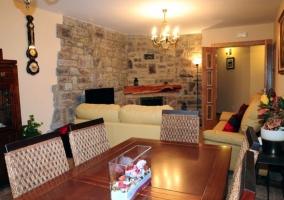 Recibidor de la casa rural con mueble de madera y decoración artificial