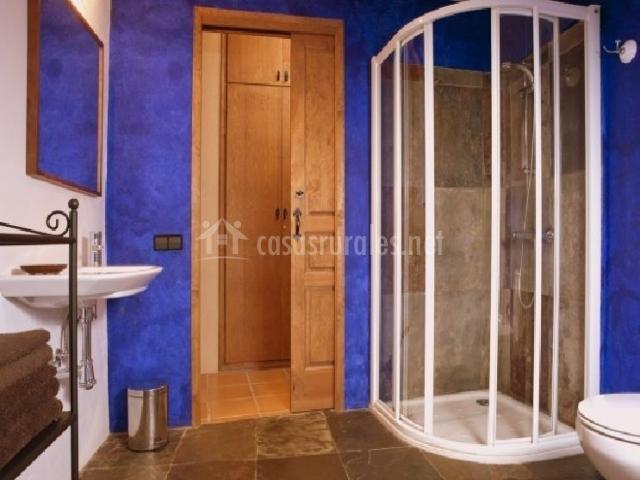 Baño en azul con ducha