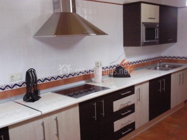 Cocina completa en blanco y negro