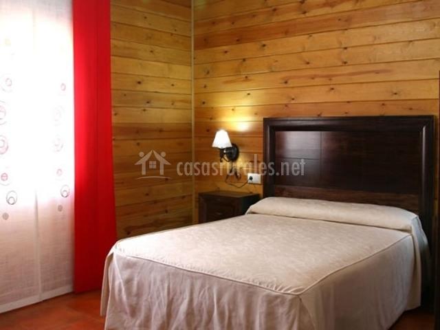 Dormitorio de madera de matrimonio