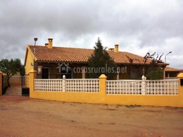 Vistas al alojamiento con muro amarillo