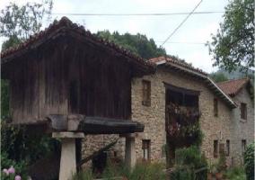Entorno asturiano con hórreo