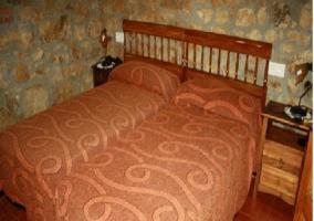Habitación de muros de piedra con todo el mobiliario