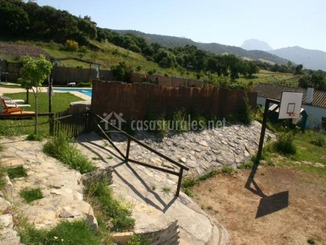 Canasta en los jardines de la casa junto a la piscina