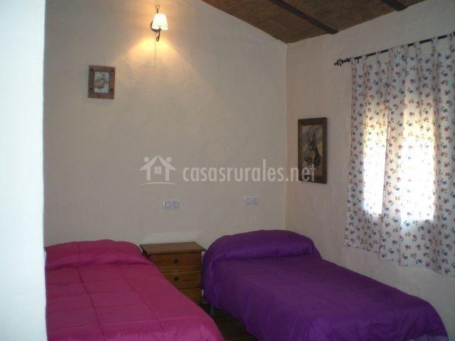 Dormitorio doble con camas de colores