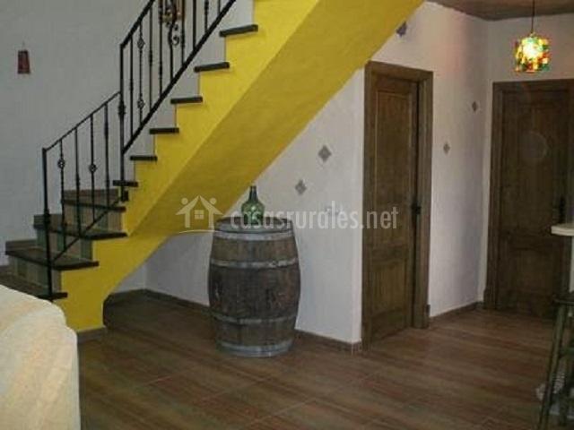 Escaleras al primer piso pintadas de amarillo