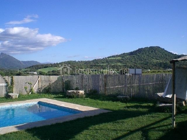 Piscina vallada con vistas del paisaje