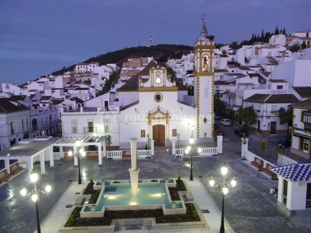 Plaza de la Consitución e iglesia iluminadas por la noche