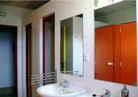Baño con tres lavabos
