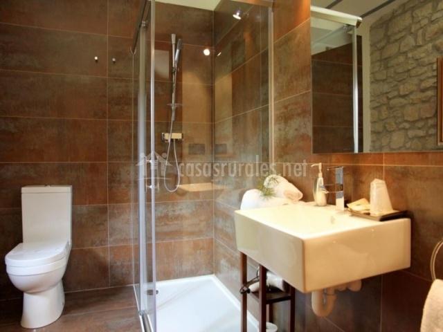 Casa rural fernandoegea en ayesa navarra - Cuartos de bano con plato ducha ...