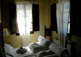 Habitación doble con ventanas