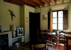 Salón comedor con televisión y chimenea